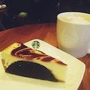 White chocolate raspberry creme brûlée & vanilla latte with @huipingsxzx