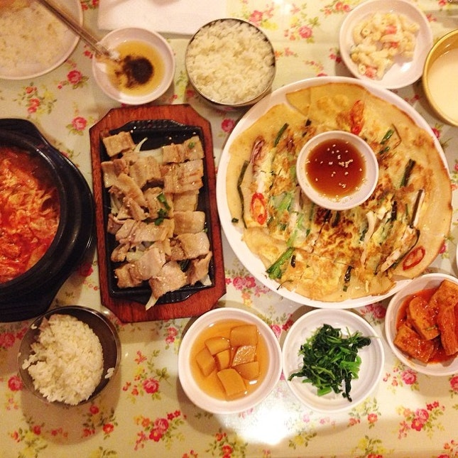 Mmm warm and comforting #Korean food on a cold rainy day is the best combo everrrr 👍 #pancake #samgyeopsal #stew #yum #bancan