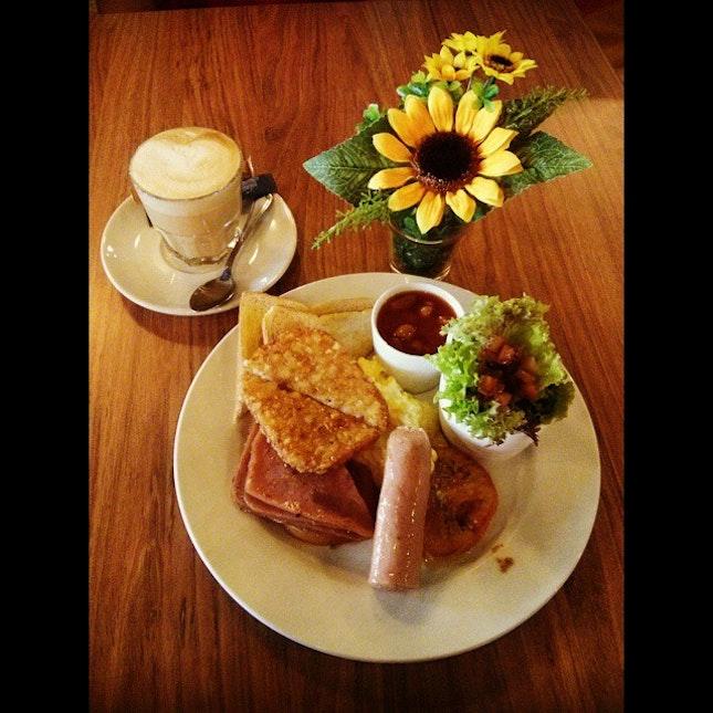 Gentleman Breakfast & Hot Cafe Latte ☕🍴💕 #vscocam #foodporn #bmcphotography #twinnie #breakfast