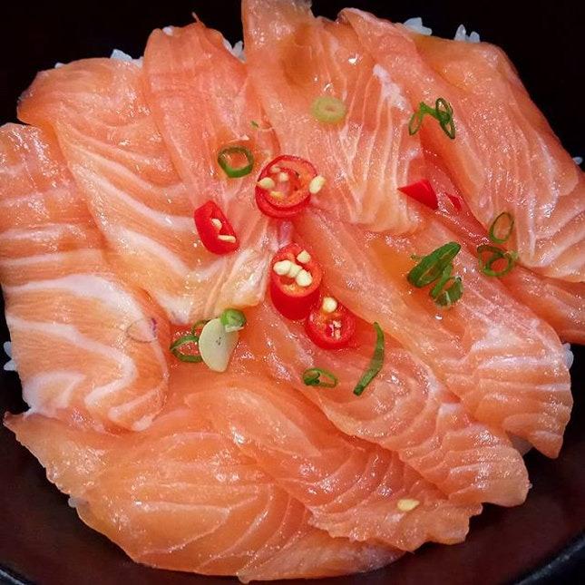 It may be the somewhat localised version of #kaisendon, but who's to say no to #salmonsashimi with a splash of sesame oil and red chilli?