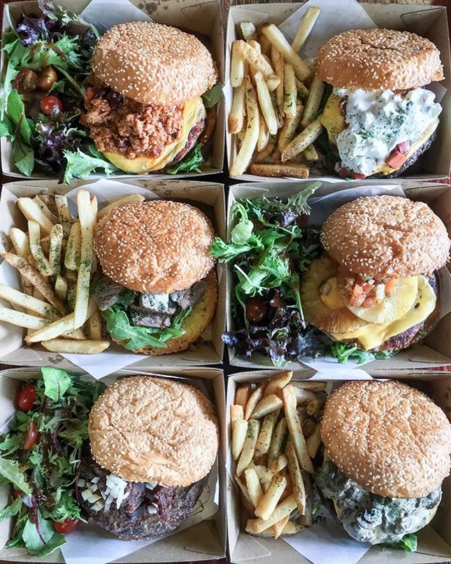 """Nothing shouts """"FRIYAY"""" better like burgers do - especially when they fill up your entire phone screen 🤤"""