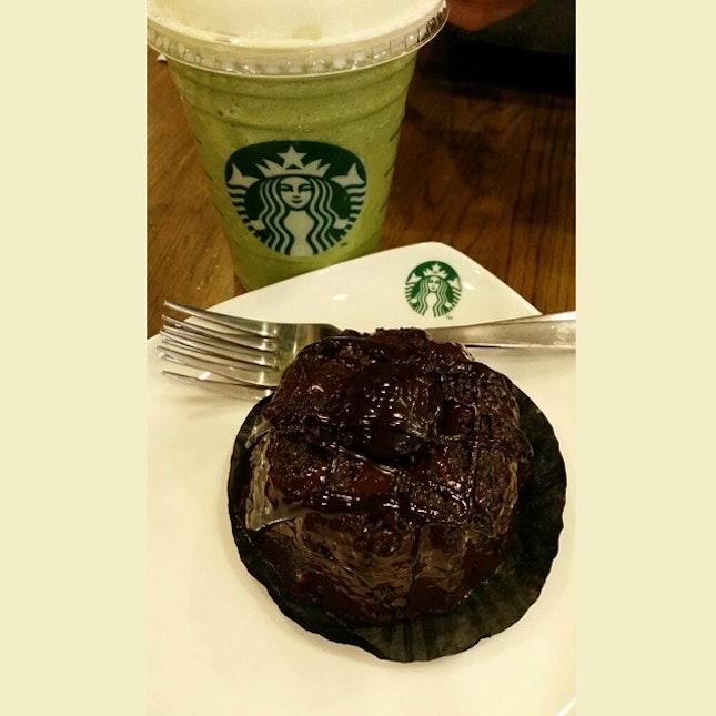 Greem tea latte + chocolate molten cake #starbucks#wismaatria#orchard#singapore#chocolatemoltencake#greentealatte#latte#singapore#dinner#foodaddicted#foodporn#dessert#coffee