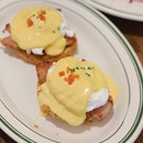 Craving for these sinful Eggs Benedict served on delicious little buttermilk biscuits 😍