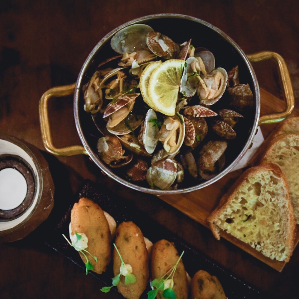 Clams in lemony white wine sauce