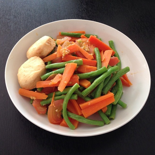 Simple veggie dish with a bowl of noodles.