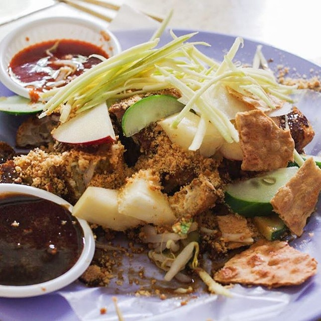 I don't remember ever trying tow kwar pop, which is tau pok or beancurd puff (same spongey one that's in yong tau foo) stuffed with cucumber and bean sprouts.