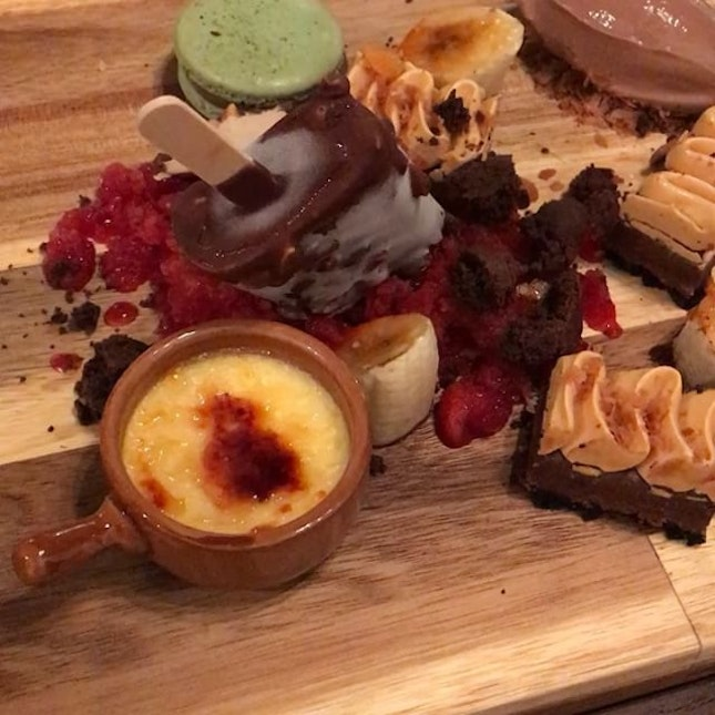 There is never enough of Sundae so why don't we just make it a big one and have this mad huge Desserts Platter ($48) from @houseofmusg to sweeten up our Sunday before we plunge into another work week .