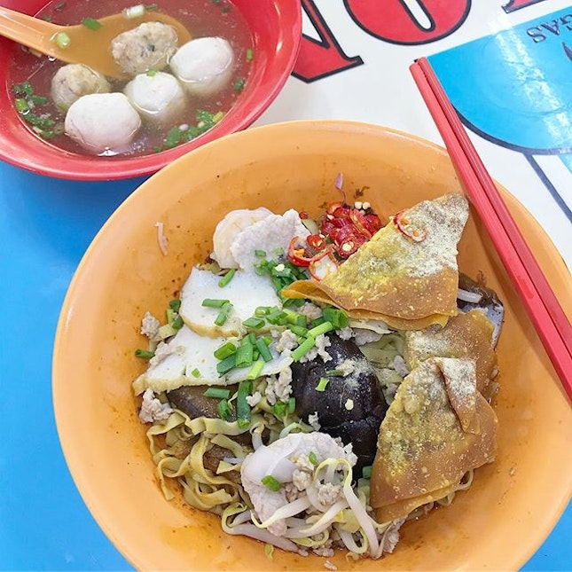 """This 🍜 is so much better than Tai Hwa (the one-Michelin starred Mince Pork Noodles) and it's only $5 for so much ingredients!"" 🤔 ."
