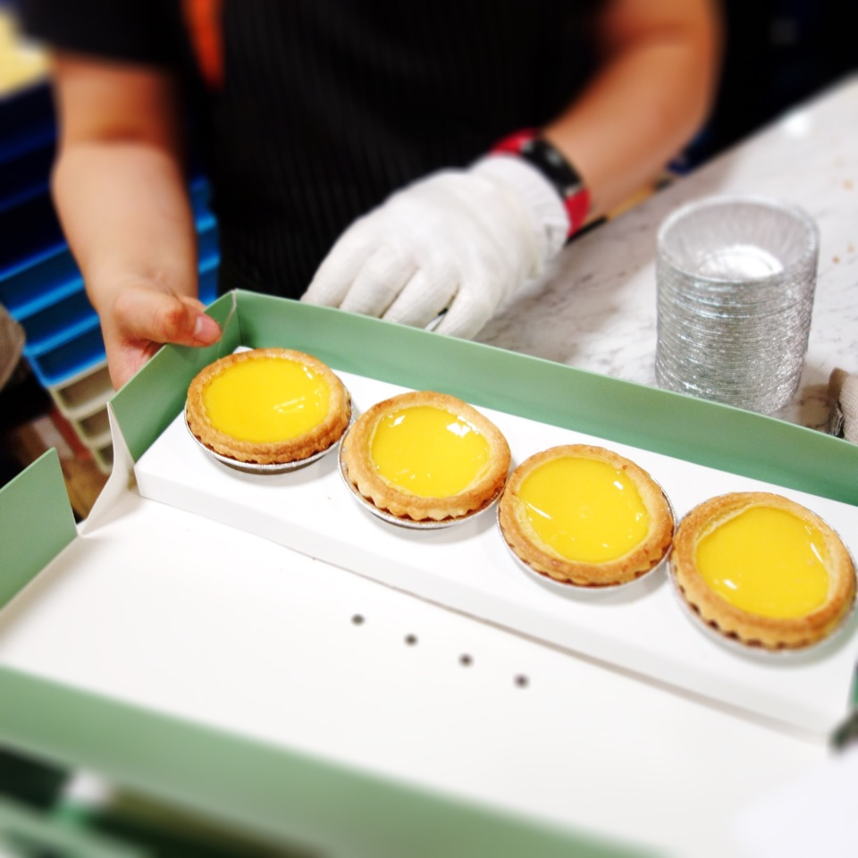 I was lucky to pop the piping hot egg tarts that just popped out from the oven into my mouth.
