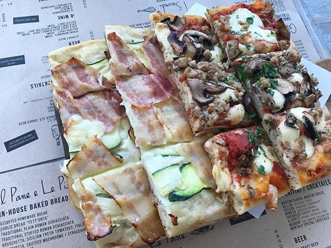 Assorted Pizzas at @ioosteriasg - always a treat.