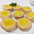 Look at the beautiful gleam of yellow on those egg tarts 😋 I can imagine the soft custard and that flaky crust .
