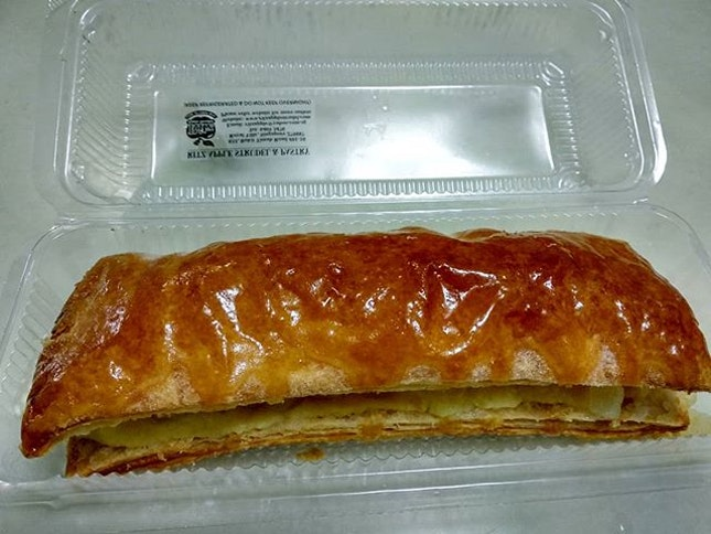 My favourite take home snack from bugis junction - ritz apple strudel!
