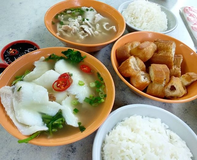 The essentials of a bak kuk teh = pork or fish fillet, with pepper soup, fried youtiao, black soya chilli sauce and white rice!
