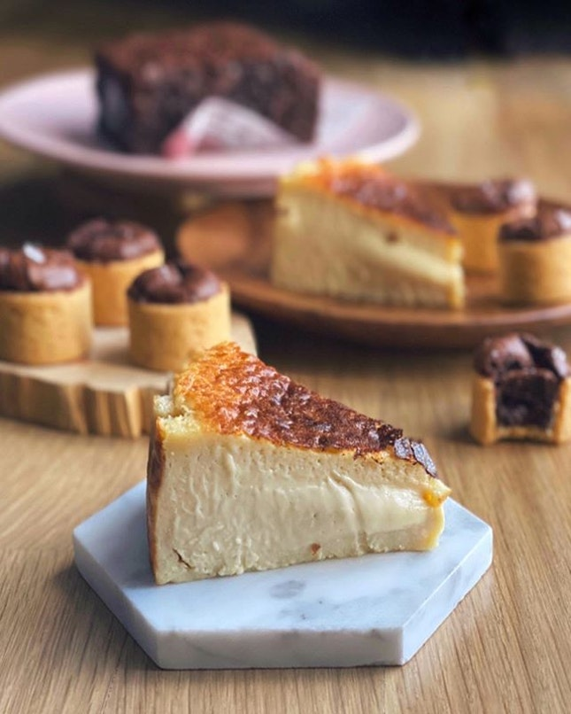 Surprised treats with these sexy Brown Sugar Burnt Cheesecake that is still soft on the centre from @ahanbakes.
