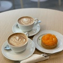 Clementine tart and two cups of latte.