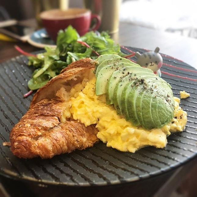 Soft warm croissant with creamy scrambled eggs and avocados 😋 #poomsandpoms #foodies #sgfood #sgfoodies #sgeats #sgfoodporn #singaporefood #sgfoodtrend #eatmoresg #eatoutsg #foodinsing #yummyinmytummy #fatdieme #eggporn #sgcafe #sgcafefood #sgcafehopping #sgbrunch #stfoodtrending #8dayseat #burpple #avotoast #popote
