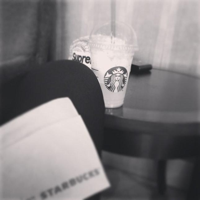 ชีวิตดี นั่งเปื่อยอยู่ในสตาบัค, chilax in #Starbucks The sweetest Starbucks's coffee I had drank...😔😔😔 #coffee #snapback #supreme Chiharu's Friday...