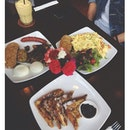 Brekfast/brunch/lunch time with @onemadfabgirl and @lawrizawezum !