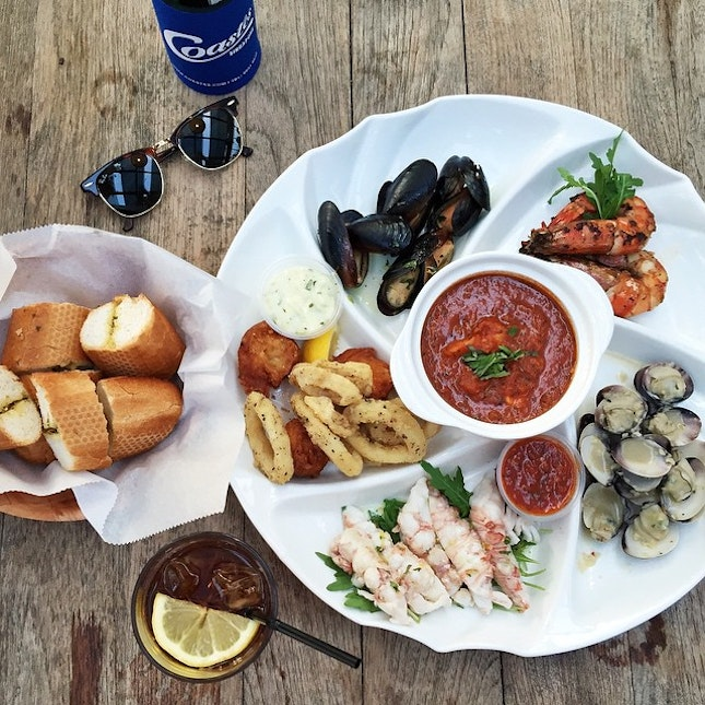 Seafood platter + iced tea + cold beer + watch the sunset + meeting new people!