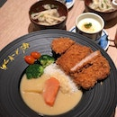 Crispy tonkatsu paired it with creamy white curry.