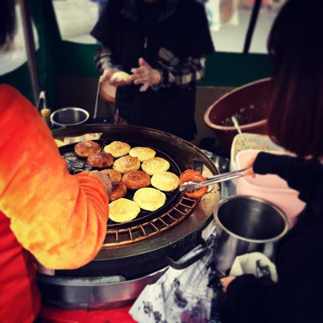 Saw a queue for hotteok at Insadong, disregarded the ongoing protest and joined the line for piping hot fragrant nutty hotteok that costs a bewildering only 1000 won (~$1.20).