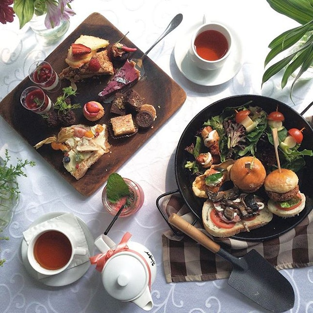 All these are the delicious sweet and savoury hi-tea buffet item available at @dempseyhouse.