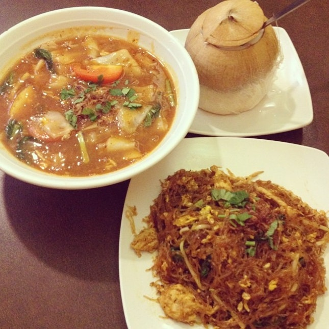 Kuey Teow Bandung+fried glass noodle+coconut drink = yummy dinner!