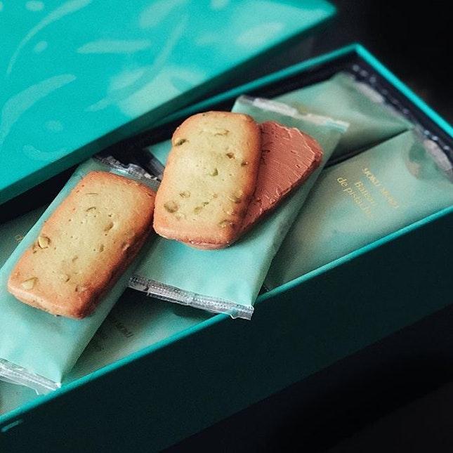Bateau de Pistaches [ sɪɴɢᴀᴘᴏʀᴇ ᴇxᴄʟᴜsɪᴠᴇ ] from @yokumokusingapore Crunchy pistachio shortbread cookies with chocolate cream centre...these taste so awesome that you will not stop at one 😋 .