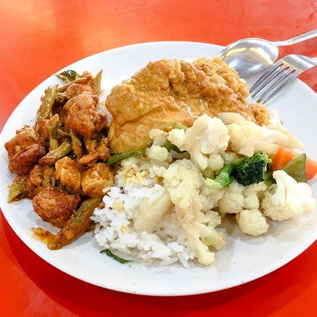 Nasi Padang from D'Man Corner Malay Food  The rice comes with sambal tempeh, cauliflowers and curry chicken drumstick, which tasted not too bad and was value for money, being priced at $4!