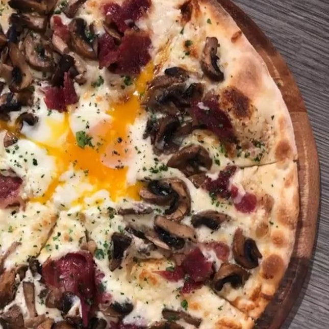 Jiggle the egg on a Carbonara Pizza 😋 Generous amount of mushrooms & bacon.