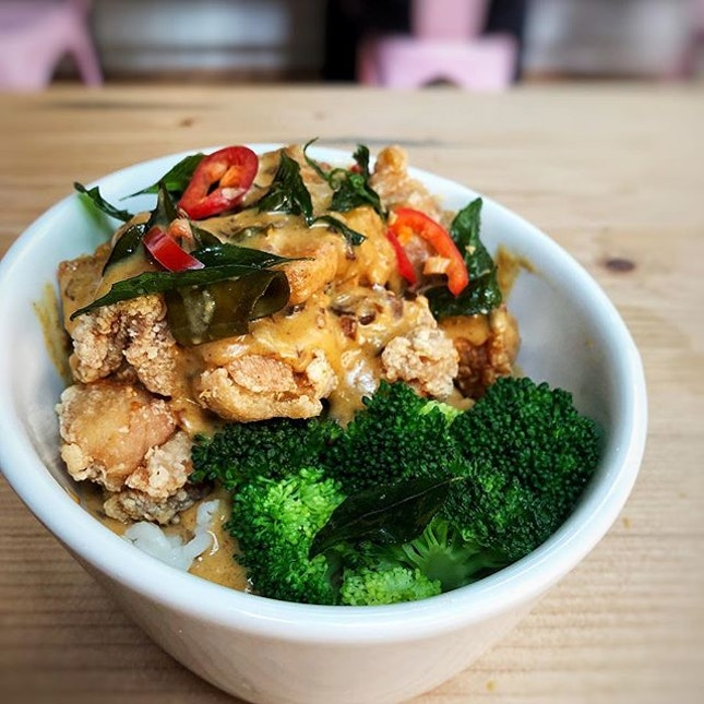 A flavourful bowl of salted egg crispy fried chicken with broccoli.