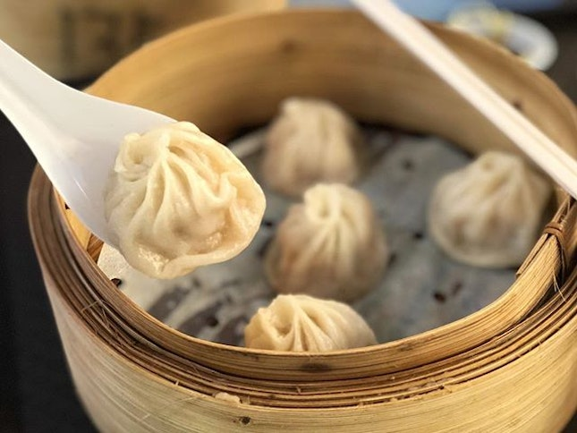 Xiao long bao ($6) ⭐️ 4.5/5 ⭐️ 🍴Juicy and succulent minced meat wrapped in a thin and smooth skin.