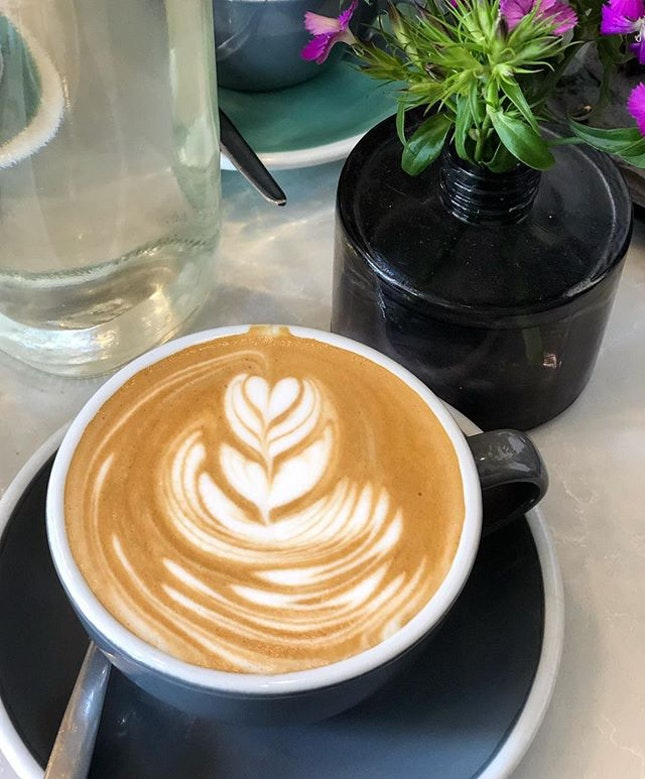 Flat white ($4) ⭐️ 4/5 ⭐️ 🍴Smooth flat white that is easy to drink without being acidic or bitter.