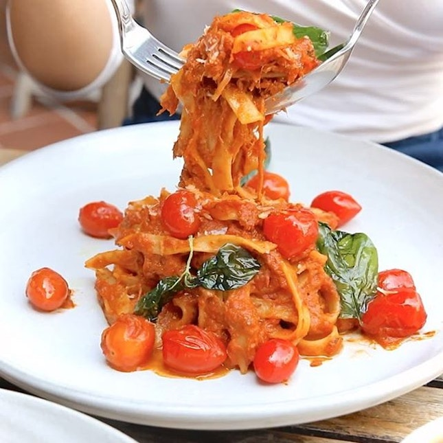 1-for-1 Mains from popular CBD cafe @sarnies.sg including this Pulled Pork Tagliatelle.