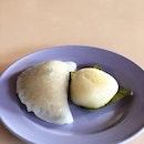 <🇮🇩> ga pernah denger Kue Tok dengan bejibun warna dan rasa, kaya mangga dan kopi 😅 <🇬🇧> never knew that Ang Ku Kueh comes in so many flavour and colours, such as mango and coffee 😅 • 🥟: Soon Kueh - S$1.00 🥟: Ang Ku Kueh (Mango) - S$1.20 📍: Poh Cheu Soon Kueh & Ang Ku Kueh, Singapore