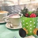 <🇩🇪> Weil die Weihnachtszeit die Zeit ist, der Glück und die gute Sachen mit alle zu teilen <🇬🇧> Because Christmas is the time to share the joy and happiness • ☕️: Latte - S$6.00 🍵: Taro Latte - $6.50 📍: @jewelcoffee Singapore
