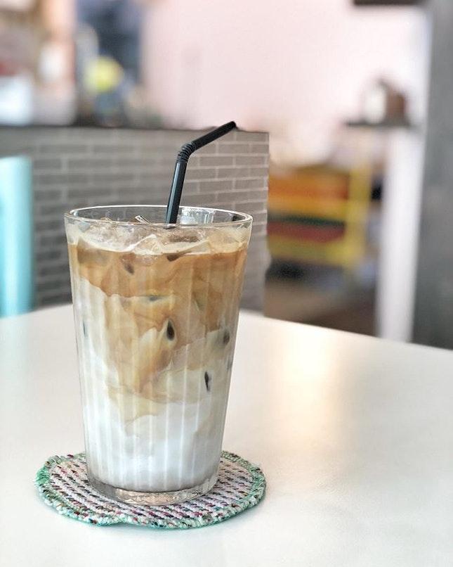 <🇩🇪> Ehrlichkeit ist ein teures Geschenk, das man von billigen Leuten nicht erwarten kann <🇬🇧> Honesty is an expensive gift, that one can't expect from cheap people • 🥛: White Chocolate Mocca - S$7.5 📍: @thegreenducklings Singapore