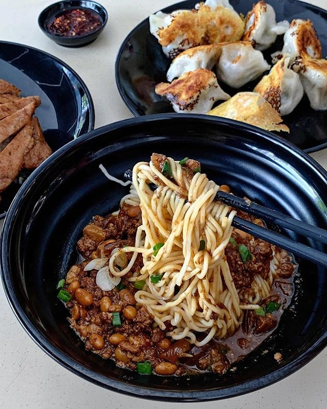 Since the queue wasn't that long, it was an opportunity to try out this highly raved hawker stall that was opened and manned by an ex-Din Tai Feng's chef.