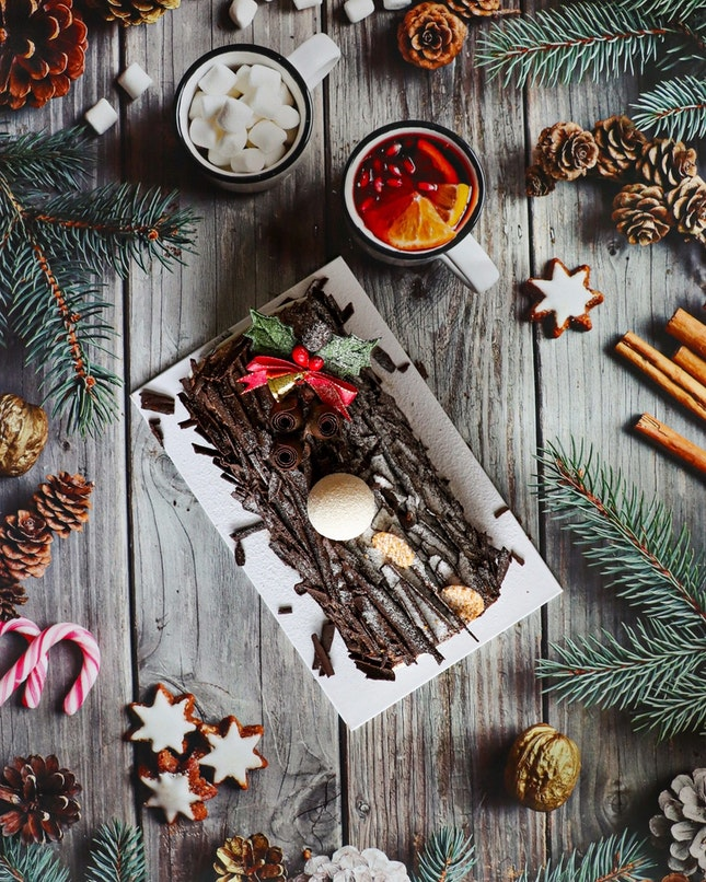 In just a blink of an eye, we are nearing the end of an eventful 2020 and what better way to end the year than with the Cat & the Fiddle's Fantasy in the Woods, a festive chocolate-raspberry logcake creation.