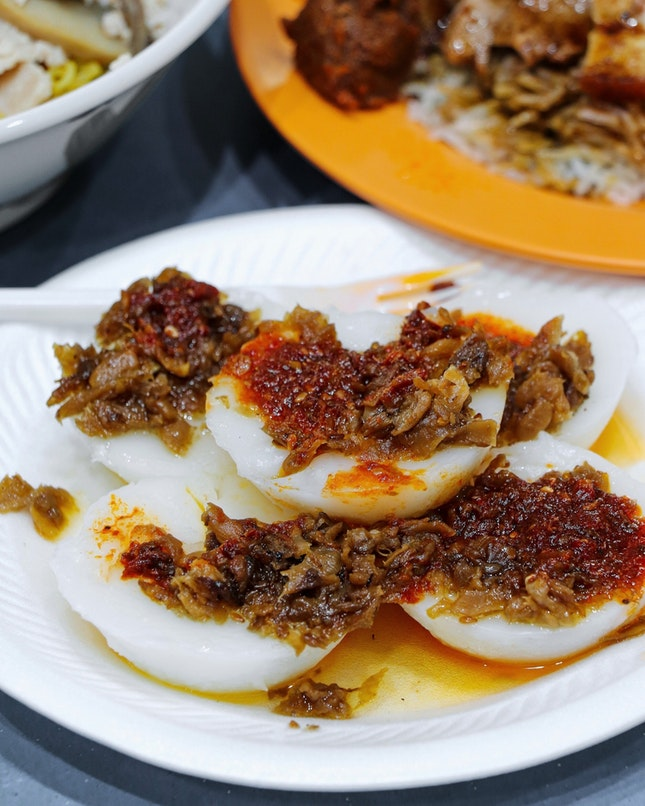This stall is simply called 水粿 or more commonly termed as chwee kueh, which are steamed rice cakes served with a preserved radish topping and chilli by the side.