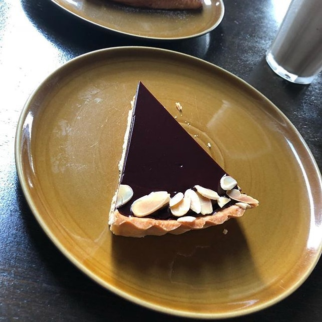 The smooth glaze and creaminess of this Sea Salt Caramel Tart just makes me crave for it whenever tea time is here.
