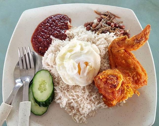 nasi lemak 👍🏻 18.9.18 #foodporn #sgfoodporn #foodsg #sgfoodies #instafood #foodstagram #vscofood #burpple #hungrygowhere #hawkerfood #hawkercentre