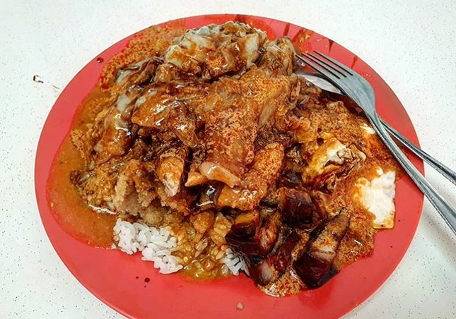curry rice w/ pork chop, pork belly, fried egg & cabbage 👍🏻 13.5.19 #foodporn #sgfoodporn #foodsg #sgfoodies #instafood #foodstagram #vscofood #burpple #hungrygowhere #hawkerfood #hawkercentre