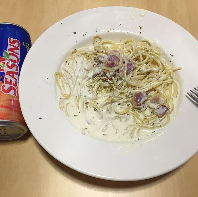 Lunch Special  Pasta 🍝 + Drink (S$10) Selected Cream Sauce Bacon 🥓 pasta (a la carte S$9.90) Topup S$2 for 2 pieces of Buffalo Drumlets Available at @PizzaSmithSg during weekdays 11am to 3pm The pasta 👀 looks plain but tasted not bad with savoury bacon 🥓 and caramelized onions.
