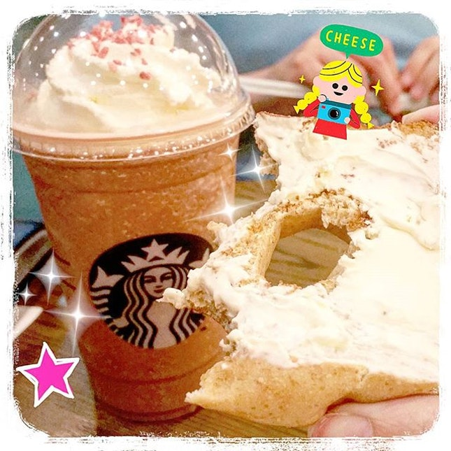 @Starbuckssg newest Strawberry🍓 Red Velvet 🍰 Mocha Frapp☕, paired with a Honey Wheat Bagel 🍯and Cream Cheese 🐄!