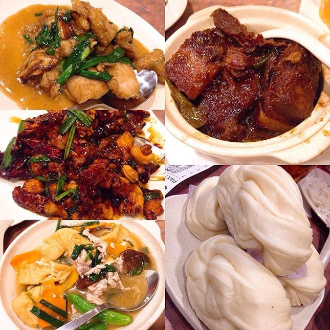 [Esquire Kitchen Atria] We had the(clockwise from top-right) Tung Po Meat/Braised Pork(Regular) -RM25.00, Flower Buns(4 pcs) - RM4.80, Home Style Beancurd (Regular) -RM18.00, Stir-Fried Chicken With Paprika(Regular) -RM26.00 and the Stir Fried Fish Slices with Spring Onion & Ginger (Regular) -RM25.00.