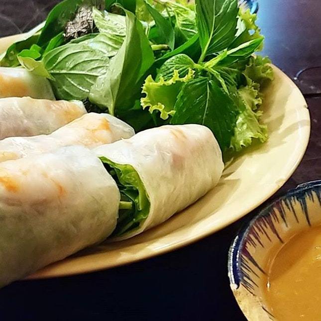 Fresh wrapped spring rolls filled with prawn, pork, leafy veges & rice vermicelli, served with a nutty savory dip 🍴 Deep fried golden brown tofu cubes blanketed with with crispy fried lemongrass 🍴 Green mango salad, topped with prawns & pork, topped with peanuts (whole & crushed) 🍴 Sliced BBQ beef served with mint & basil, together with garlic & chili fortified fish sauce dip 🍴 Squid salad with loads of sliced bell peppers, bamboo shoots & onions, doused with fish sauce, drizzled with sesame seed & crispy smokey fish flakes 🍸 Ice cold lemongrass with lime for thurst quenching  @o_oican #quanbui #central #hcmc #district1 #vietnam #burpple #hungrygowhere #openrice #yelp #8dayseat #travel #expensepaid #foins #financial #education #blockchain #leaders #recognition #eattolive #livetoeat #pamperthyself