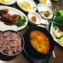 #annyeonghaseyo #todays #setlunch #go #koreanstyle #healthymeal #koreancuisine #sidedish #bigplate of #rawvegetables #eatlikearabbit 🥕 #tablefull #instafood #foodporn #foodlover #burpple #auntiekimskoreanrestaurant #auntiekims #arc #felzfooddiary