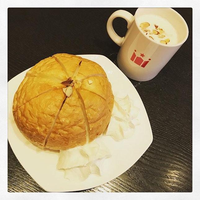 #becauseisfriday #sweetstuff to #starttheday #yummilicious  #honeybaguetteball #sweetpotatolatte 🍠 #chillax #tgif #cafe #playingsong #lazyday #instafood #instadrink #instadessert #foodporn #foodlover #burpple #instalongweekend #instatravel #hollycoffee #seoul #southkorea #felzfooddiary #felztravelfootprint2018 #busanseoulday8 #kr