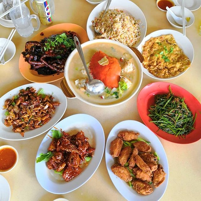 FOOD is always the best way to bond people together, so here we are at Rong Ji Seafood(荣吉煮炒) for a department bonding session.